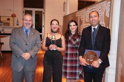 Alfredo Alfonso vicerrector de la UNQ junto Alejandra Pía Nicolosi directora del Programa Transversal de Adaptación y Desarrollo de la TV Digital y ganadores