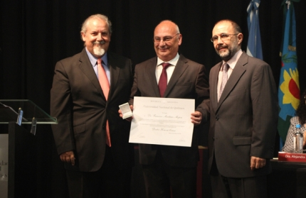Francisco Martínez Mojica recibe el Doctor Honoris Causa de la UNQ