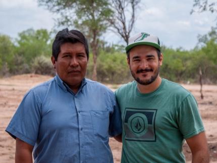Leandro Casiraghi junto a Adaacuten Garciacutea un integrante de la comunidad toba-qom PH German Joosten
